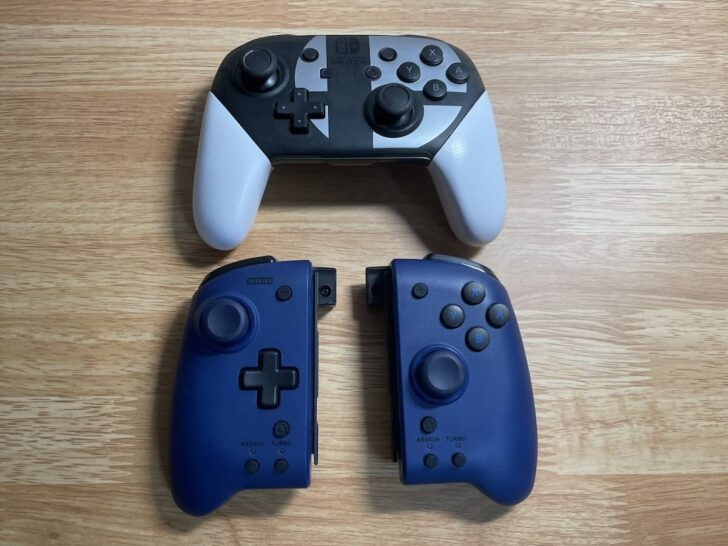 Proコンと並べると、持ち手もスティックもボタンもだいたい同じくらいの大きさ